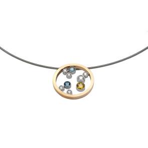 Colgante de oro blanco y amarillo con diamantes, topacio y zafiro